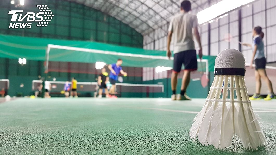 新北市一名熱愛打羽球的人夫在球隊結交小三。(示意圖/Shutterstock達志影像) 人夫羽球隊偷腥「摩鐵對打7年」 爽搞小四小五下場慘