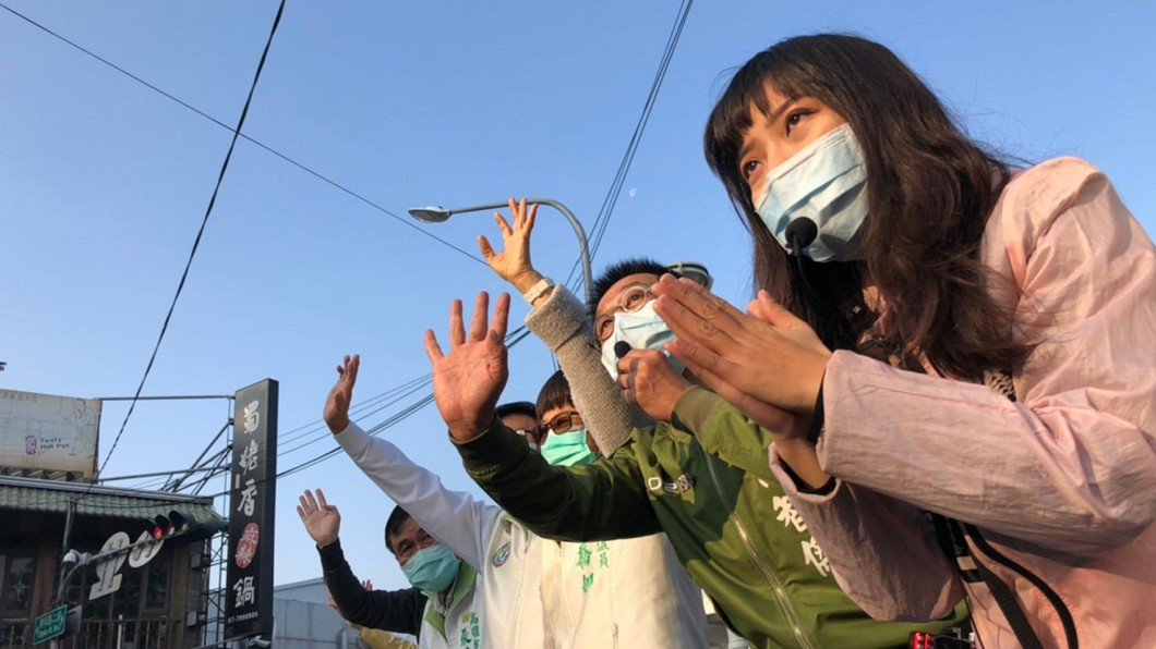 罷免案投票即將於2月6日登場,黃捷(圖右)在街頭尋求市民支持。(圖/翻攝自黃捷臉書) 罷免燒到自己!黃捷認徬徨爆哭2hr:沒人挺我很孤單