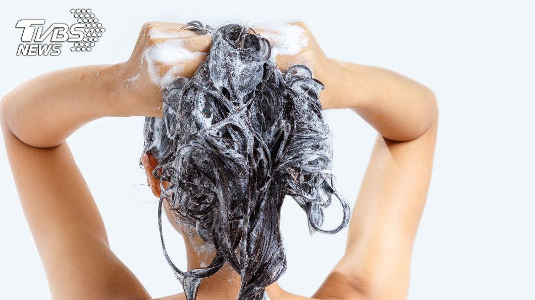 不少人會搭配潤絲精洗頭,讓頭髮更柔順。(示意圖/shutterstock 達志影像) 越洗越黏!潤絲精跟洗髮精別混用 食藥署曝NG原因