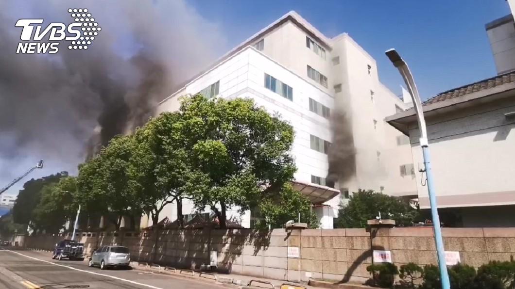 (圖/TVBS) 欣興電子廠半年內2度失火 濃煙狂竄警消搶救中