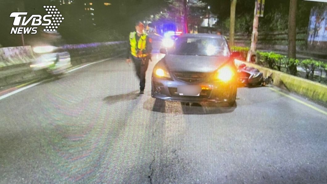 男子酒駕上路遇警方路檢,急倒車擦撞機車。(圖/中央社) 酒駕遇路檢急倒車撞傷騎士 員警攔查逮捕送辦
