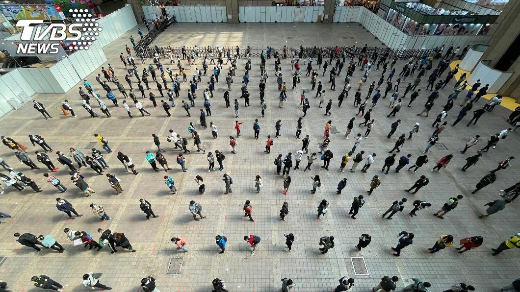 排隊民眾保持距離。(圖/中央社) 台北動漫節開跑 主辦單位繃緊神經全面落實防疫