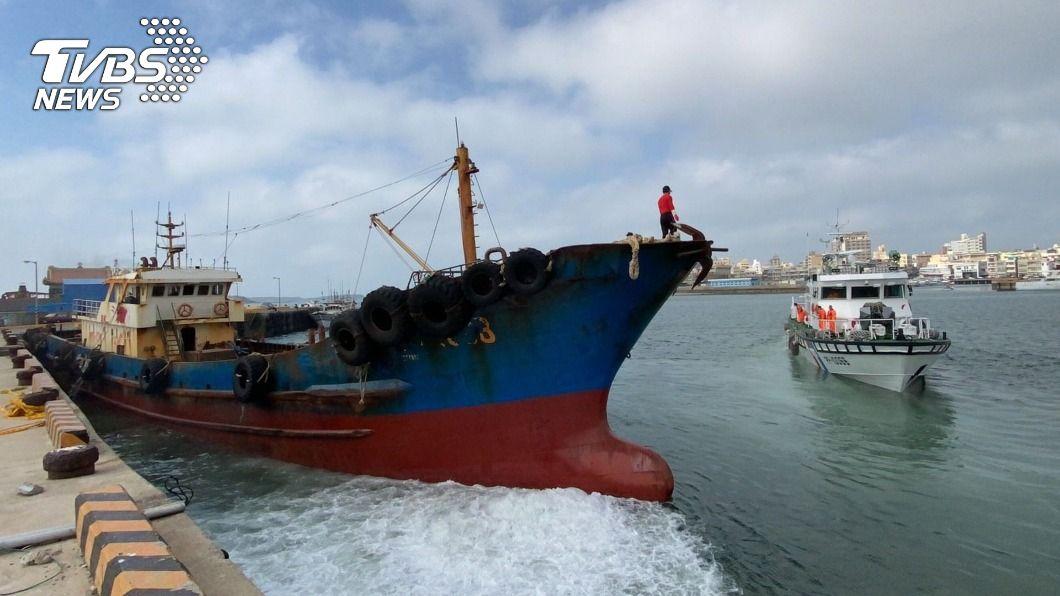 陸油補船扣留40天,重罰300萬元驅離。(圖/中央社) 大陸越界油料補給船扣留40天 重罰300萬驅離