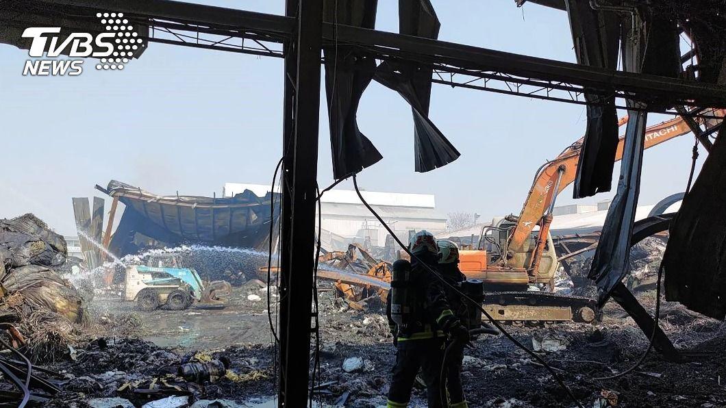 嘉市一間塑膠工廠昨天發生火警。(圖/中央社) 嘉市塑膠工廠持續悶燒 消防搶救逾30小時