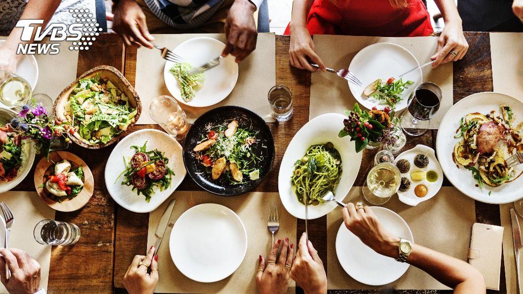 10大最令人無法接受的用餐行為。(示意圖/shutterstock 達志影像) 咀嚼聲、狼吞虎嚥 10大飯桌NG行為讓人超崩潰