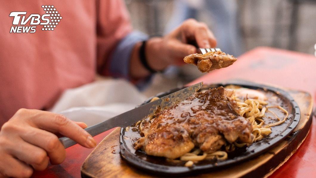 牛排是不少心中最愛的美食之一。(示意圖/shutterstock達志影像) 吃牛排驚見鐵盤上「詭異黑石」 老饕一看狂讚:太專業