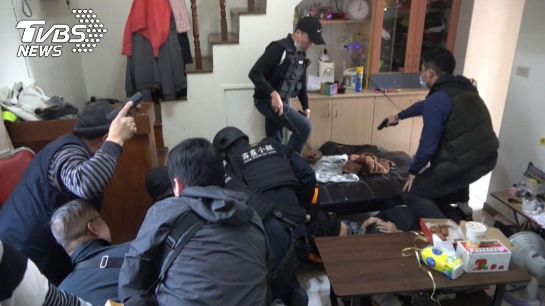 警方將陳女等12人逮捕歸案。(圖/中央社) 疑不滿亂放話害分手 女率眾開槍尋仇遭警逮送辦