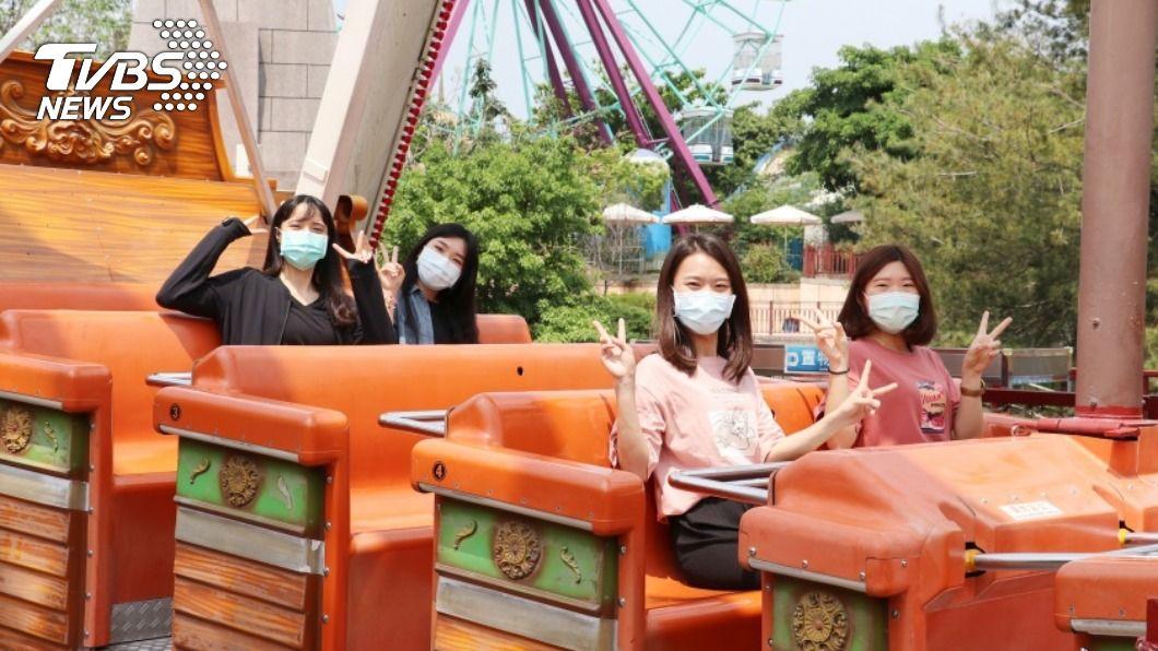 進入麗寶樂園須全程配戴口罩。(圖/中央社) 出遊注意!麗寶樂園祭防疫5大招 口罩須全程配戴