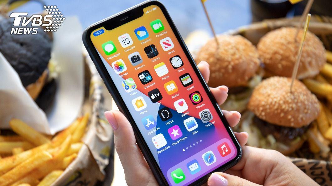 今年上半年iPhone 12 Pro和Pro Max出貨量和比重將增加。(示意圖/shutterstock達志影像) 蘋果i13傳鏡頭電池升級 高階i12出貨看增