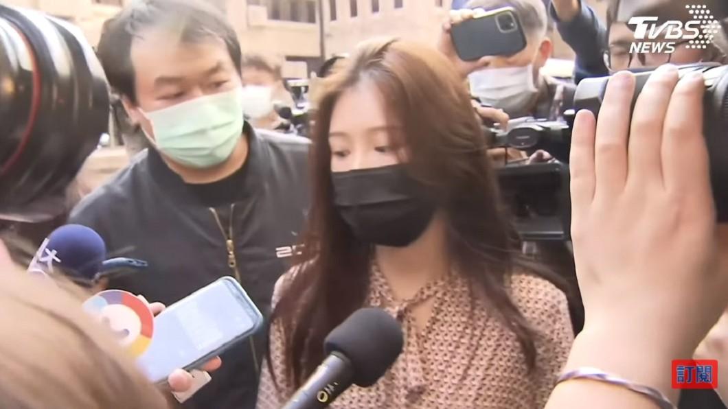 雞排妹現身翁立友記者會,僵持近1小時才離去。(圖/TVBS) 雞排妹「痛哭2天」 深夜還原遭霸凌惡行:加害者更猖狂