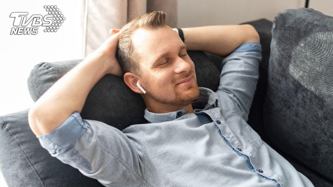 戴無線耳機睡覺暗藏隱憂。(示意圖/shutterstock 達志影像) 戴無線耳機入睡少一隻 美男「無法吞嚥」驚卡食道
