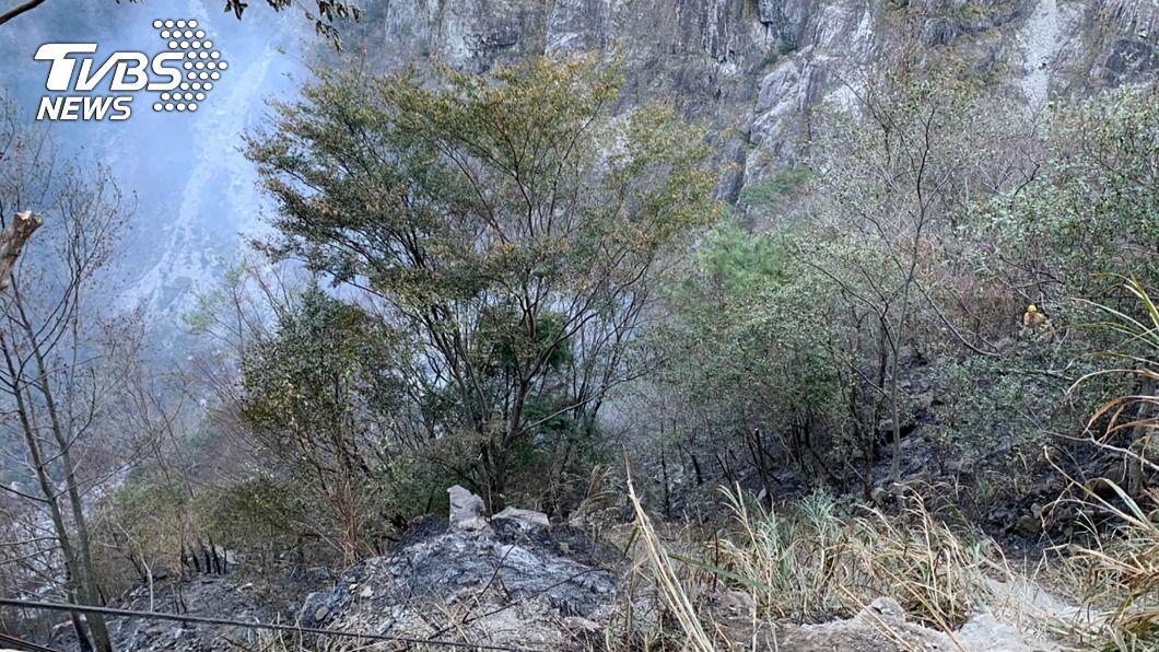 昨天下午中橫便道邊坡發生火警。(圖/中央社) 中橫便道邊坡起火零星落石 採監看放行車流