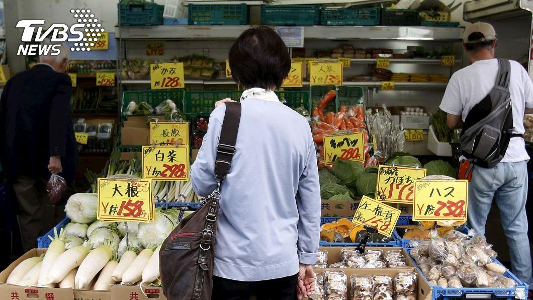 日本鎌倉觀光客邊走邊吃,憂感染風險。(示意圖/達志影像路透社) 日本鎌倉人山人海 邊走邊吃藏防疫隱憂