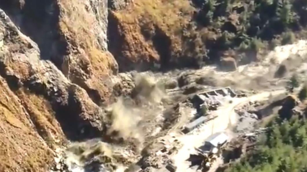 圖/翻攝自Shiv Aroor twitter  冰川斷裂撞毀大壩 印度洪水沖走逾百人