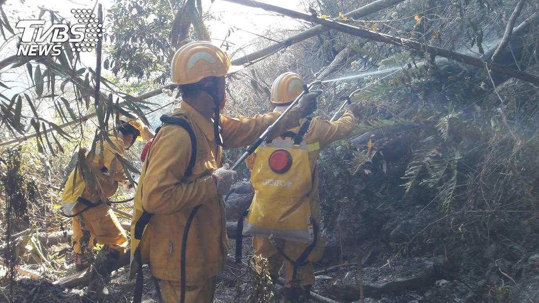 消防員地面撲滅火勢。(圖/中央社) 阿里山再遭祝融!火勢狂燒0.3公頃 持續灌救中