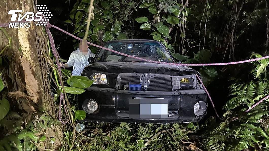 車輛打滑失控衝向邊坡卡在樹叢。(圖/中央社) 陽金公路打滑衝落邊坡 失控車「卡進樹叢」待援