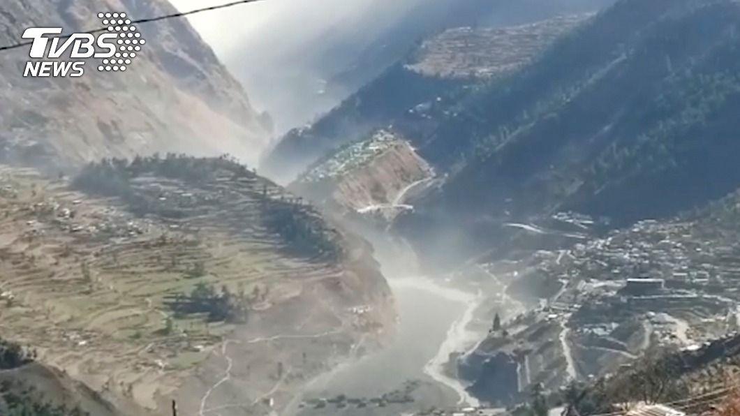 印度發生暴洪。(圖/達志影像美聯社) 印度冰河崩裂引發暴洪 傳受困隧道16人獲救