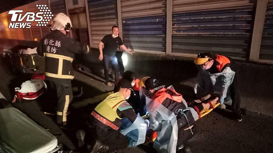 國1號彰化段昨深夜傳重大車禍。(圖/中央社) 國道彰化段5車連環撞 休旅車翻覆2乘客拋飛亡