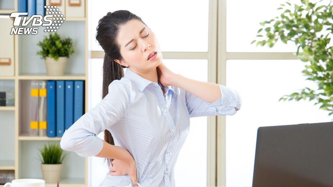 上班族長時間久坐導致身體功能變差。(示意圖/shutterstock達志影像) 總是久坐腰痠背痛?醫曝7招日常習慣遠離慢性病