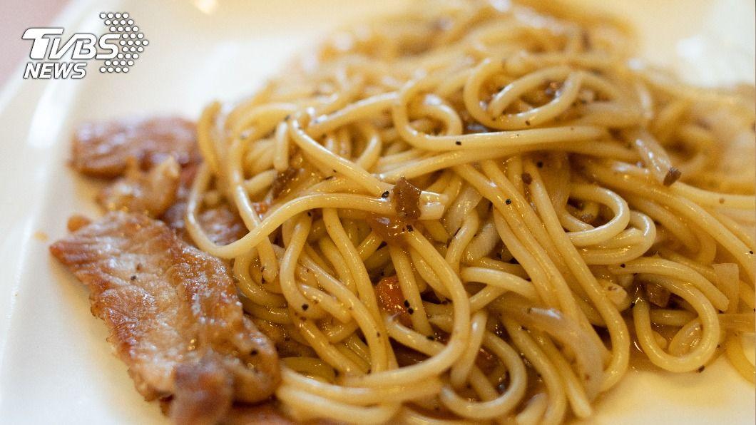 鐵板麵是台灣早餐店的常見菜色。(示意圖/shutterstock達志影像) 早餐愛吃鐵板麵配奶茶? 小心2地雷組合三高找上門