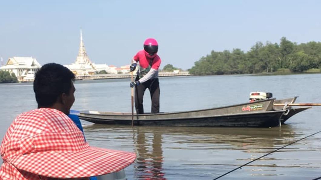 圖/翻攝自Pradit Saengdee臉書 顧客在河上釣魚 泰外送員直接划船送達