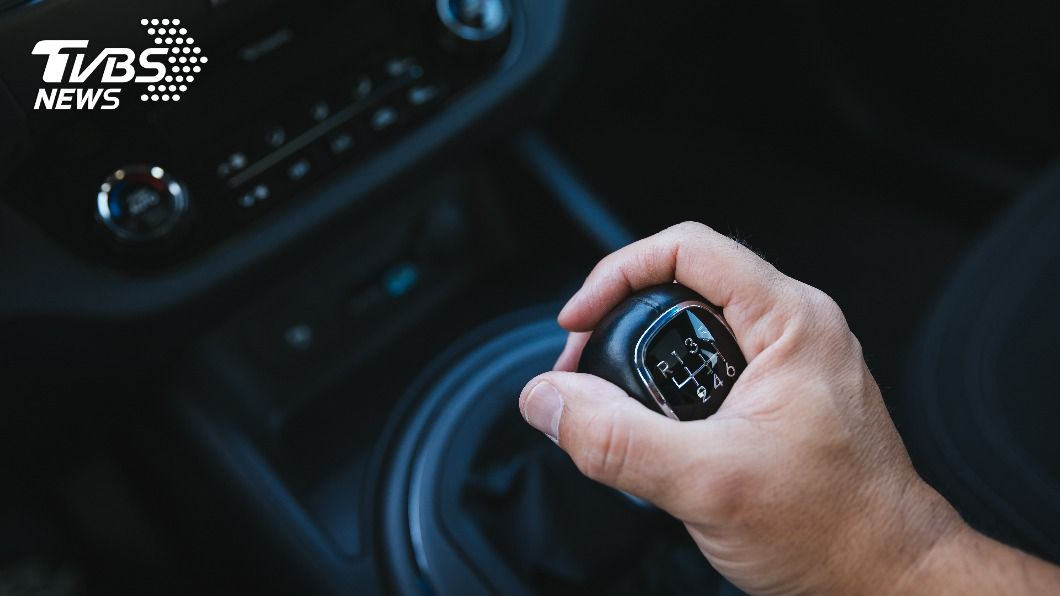 每人開車打檔習慣不同。(示意圖/shutterstock達志影像) 等紅燈「打P檔或N檔?」 內行揭保命作法緩撞擊力
