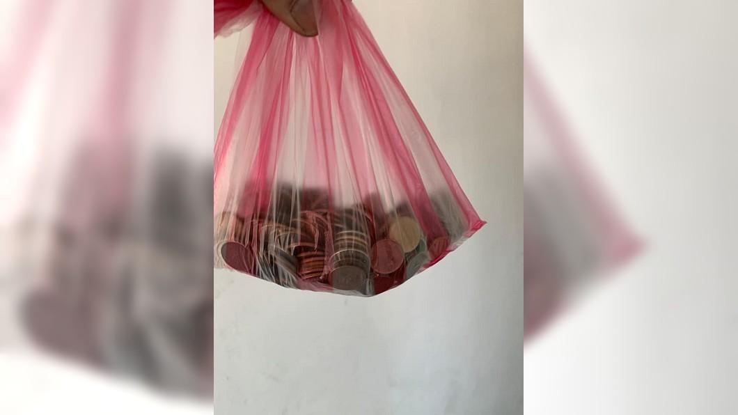 一名女外送員日前送餐時收到一大袋1元硬幣。(圖/翻攝自爆怨公社) 累爬6樓收「505個1元」 外送妹氣炸:故意糟蹋人!