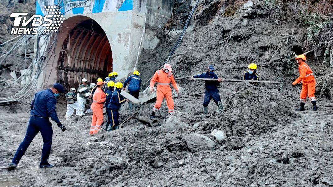 印度北部發生洪災,搜救人員尋找失蹤者。(圖/達志影像美聯社) 印度冰河崩落引發暴洪 至少14人罹難170人失蹤