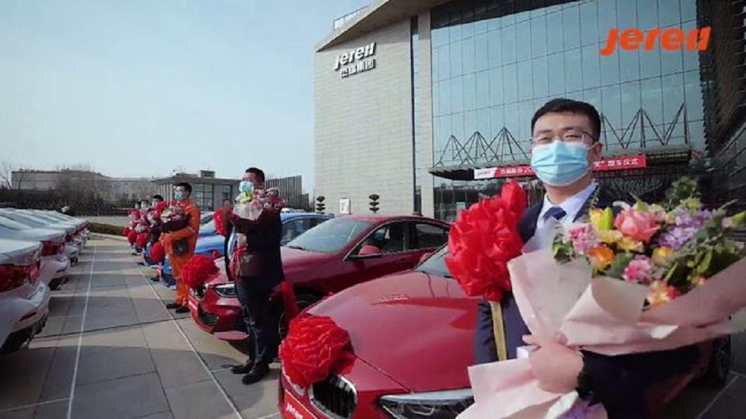 大陸一間企業大手筆送旗下39名優秀員工每人一輛BMW。(圖/翻攝自網易新聞) 砸上億獎勵員工 超狂陸企連續13年「一人送一台BMW」