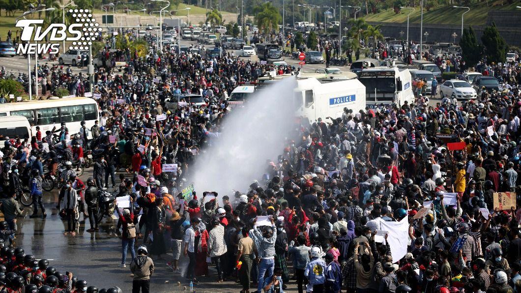 緬甸大批民眾走上街頭抗議。(圖/達志影像美聯社) 緬甸公務員、醫護齊上街 反政變抗議潮遍全國
