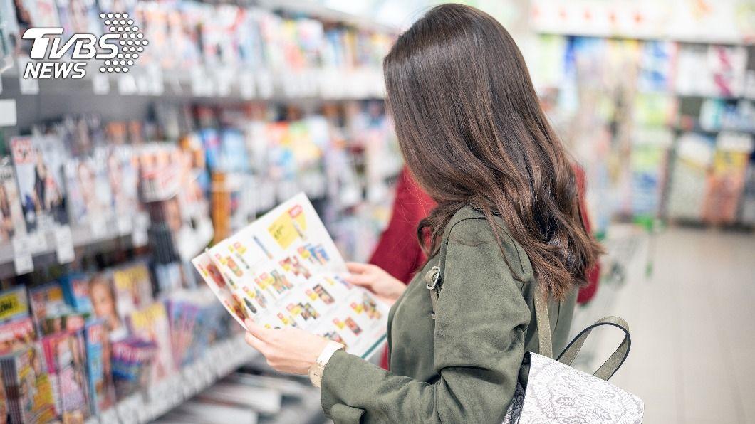 一名母親分享超市型錄妙用。(示意圖/shutterstock 達志影像) 超市DM千萬別丟!家長曝「妙用」:3大節日必備