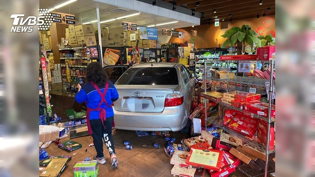 70歲宋姓婦人疑似誤踩油門,整輛轎車衝進全聯店裡。(圖/TVBS) 70歲婦誤踩油門 轎車暴衝撞進全聯