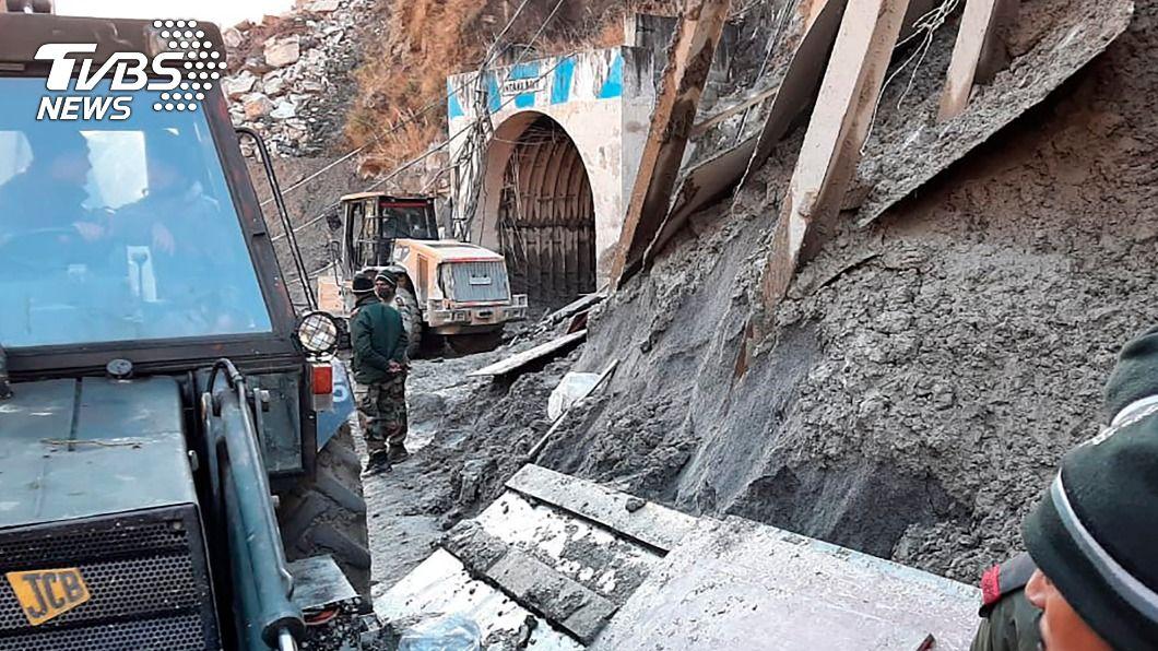 冰河崩裂引發暴洪,大水在一陣哨聲後淹進隧道。(圖/達志影像美聯社) 大水灌隧道逾10人受困 印工人憶洪災瞬間:如好萊塢畫面