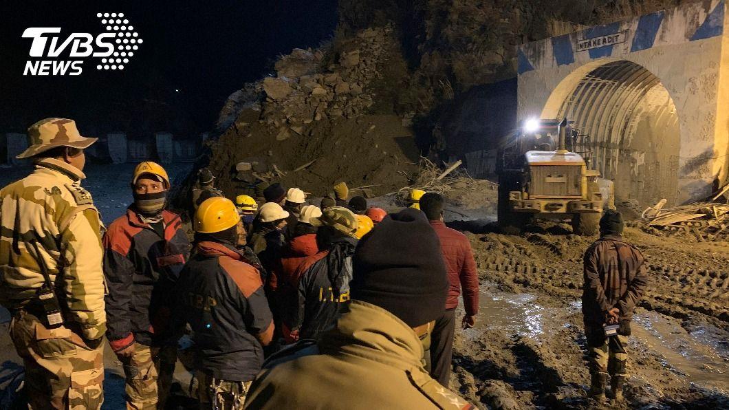 搜救人員搶救受困隧道的工人。(圖/達志影像美聯社) 一通奇蹟電話 印度冰川洪暴12名受困工人獲救
