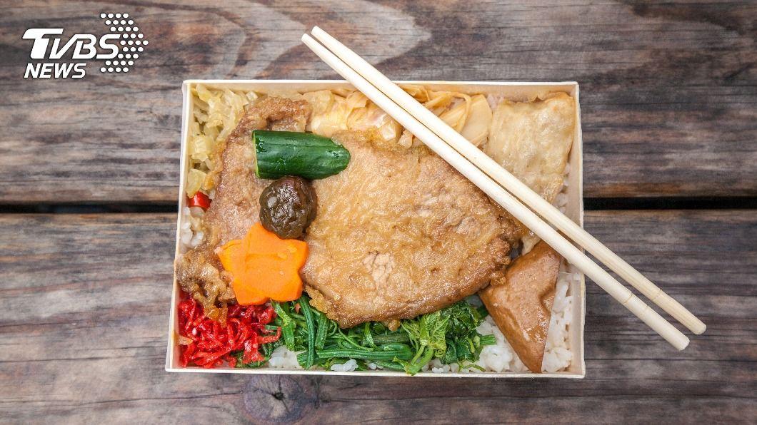 店家借免洗筷將送錯的餐點當場替換。(示意圖/shutterstock達志影像) 店家送錯餐「借筷換主菜」 全網傻眼:終生拒絕往來戶