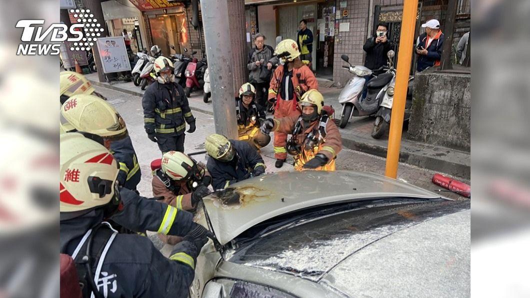 吳男將冒煙轎車臨停路邊。(圖/TVBS) 新北老車冒煙急臨停 駕駛「搬滅火器救車」逃死劫