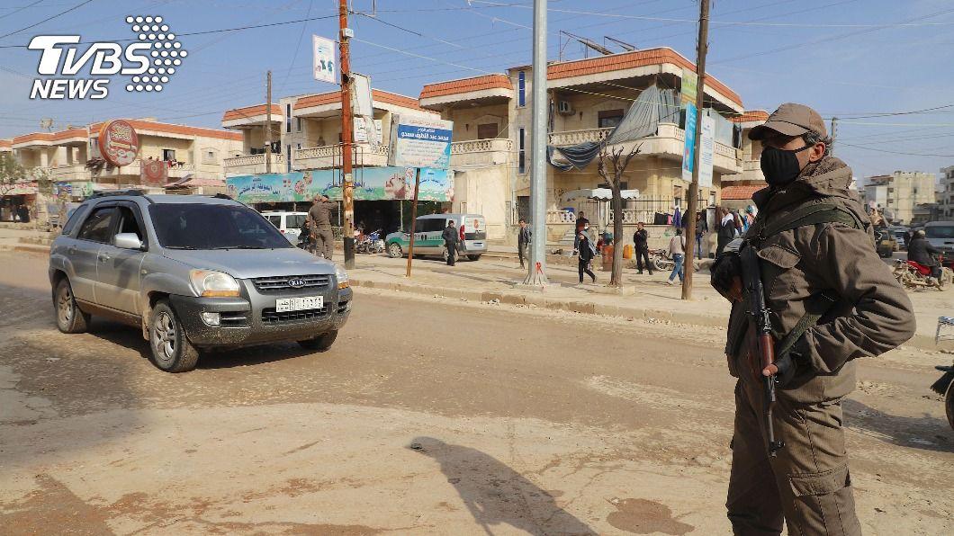 荷槍士兵在敘利亞阿夫林巿中心主要道路上站崗。當地每一處路口、每一個轉角都可見到配步槍士兵值勤。(圖/中央社) 落難他鄉連難民都不是 10年衝突看不到盡頭