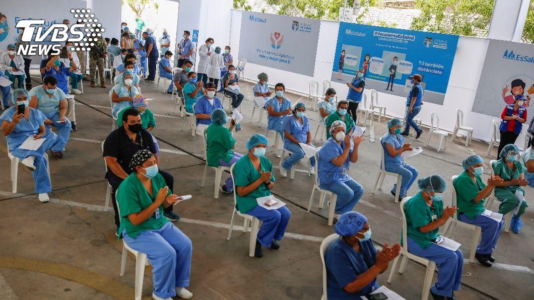 祕魯醫護人員成首批施打疫苗的族群。(圖/達志影像路透社) 秘魯靠國藥全面接種 阿根廷批准印度廠AZ疫苗緊急許可