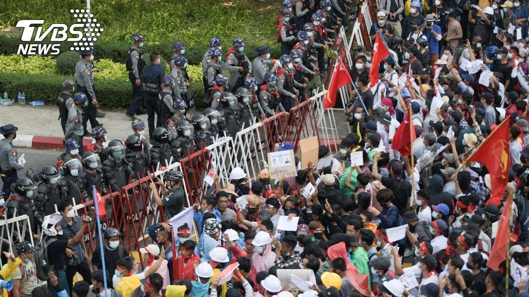 緬甸示威1女中彈腦死 警察倒戈、國際譴責