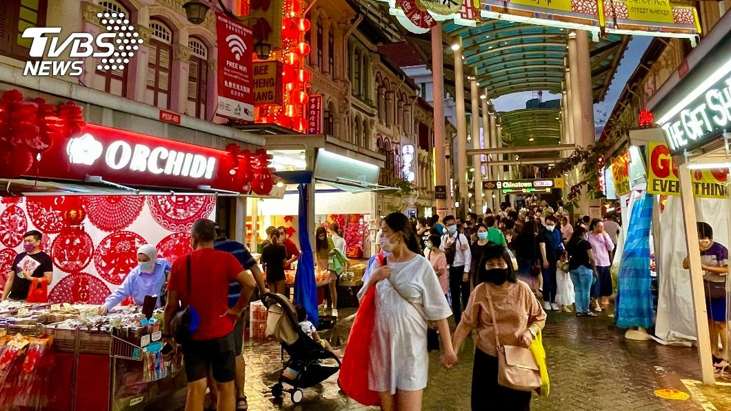 新加坡牛車水年貨市集停辦,仍有部分店家販售春聯等年節商品。(圖/中央社) 疫情下新加坡過年 大型市集停辦、撈魚生不說吉祥話
