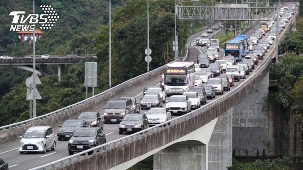 高公局預估除夕國道交通量將會非常龐大。(圖/中央社) 除夕國道交通多處易壅塞 高公局:建議民眾下午出發