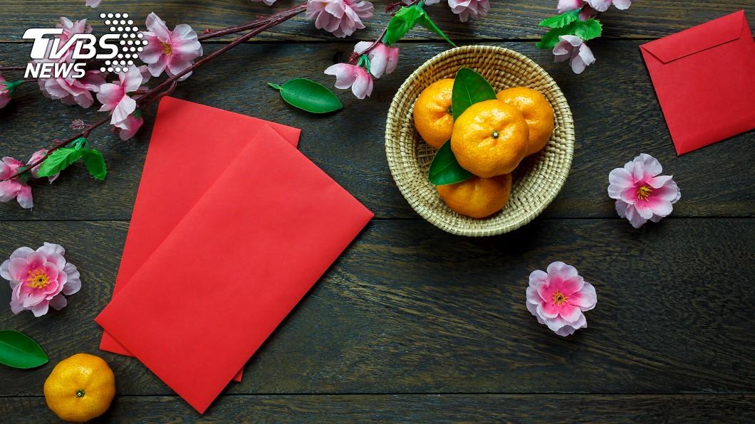 有專家建議年夜飯後可用紅包袋搭配9張鈔票來許願。(示意圖/shutterstock達志影像) 年夜飯後是吉時!「紅包袋+9張鈔票」許願財氣狂接