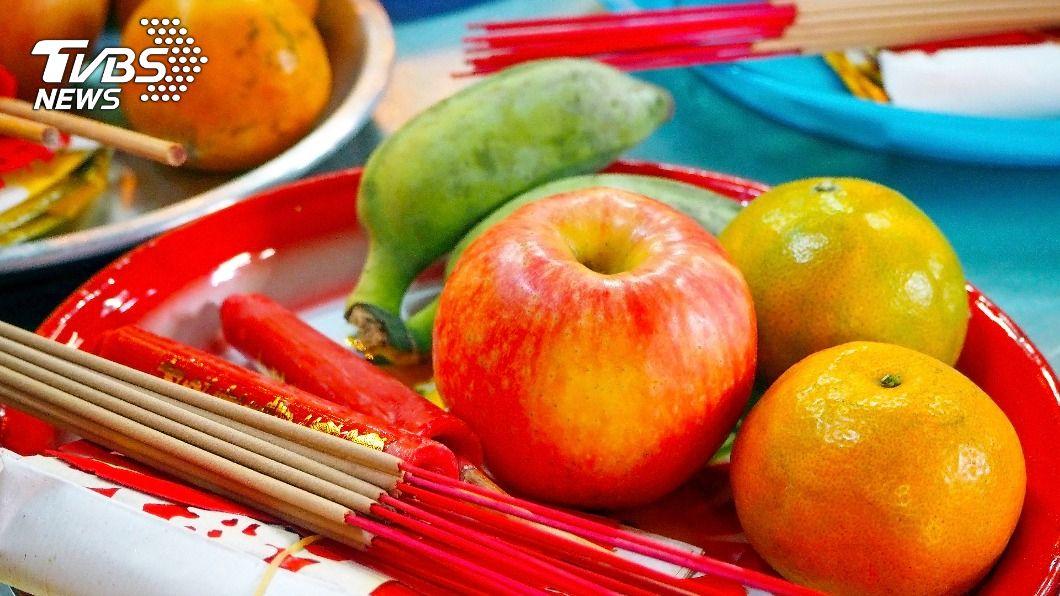 民眾在拜拜時會準備水果當作供品。(示意圖/shutterstock達志影像) 春節拜拜供品如何挑?7種水果擺上桌新年招好運