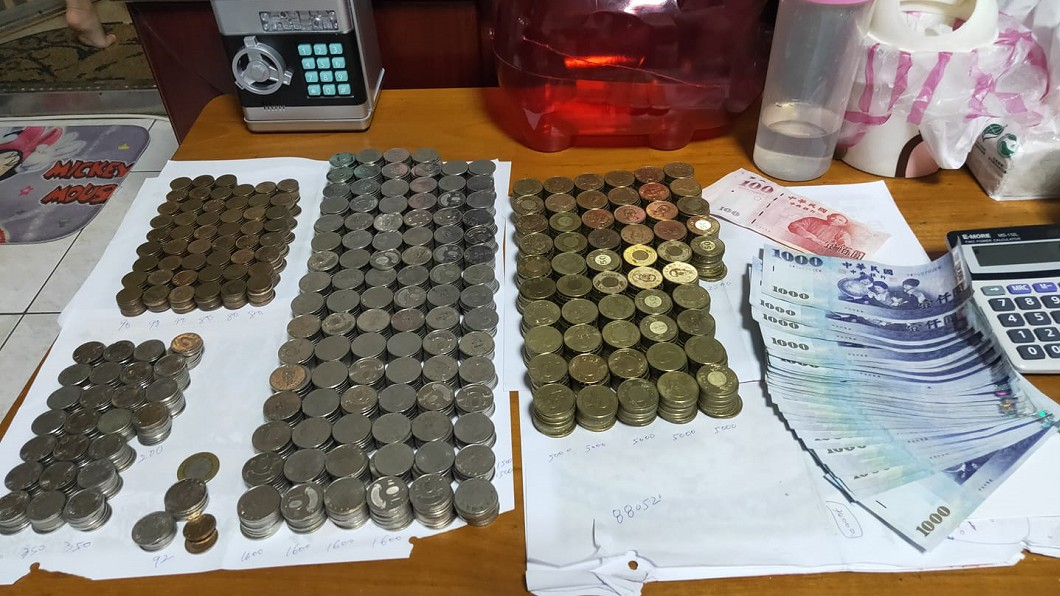 滿滿的錢海。(圖/翻攝自存錢人生臉書) 無痛儲蓄11月存近9萬 女「殺15公斤豬公」錢海噴出