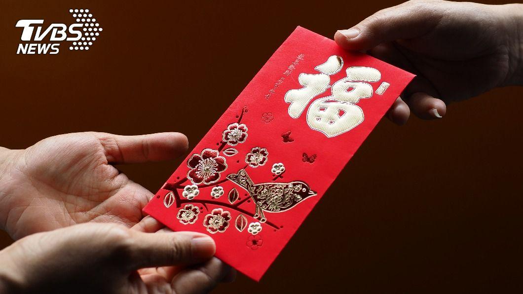 許多人會包紅包給自己的長輩。(示意圖/shutterstock 達志影像) 包1萬2給媽遭無視 真相曝光男崩潰:悲劇了!
