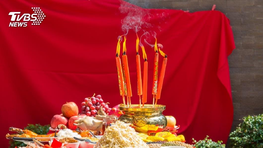 每到農曆新年期間,幾乎家家戶戶都會準備三牲水果來祭拜祖先。(示意圖/shutterstock 達志影像) 三牲水果吃膩了 超狂人妻「速食套餐」拜祖先