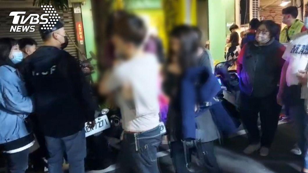 高雄市新樂街市集因人潮擁擠,一言不合爆發肢體衝突。(圖/TVBS) 高雄新樂街市集人潮擁擠引衝突 3歲女童遭波及送醫