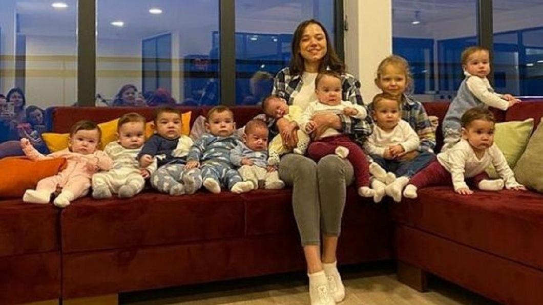 俄羅斯一名23歲的人妻目前有11個孩子,她和丈夫的目標是有105個小孩。(圖/翻攝自IG) 養11個孩子不過癮 俄23歲嫩妻放話「當105寶媽」