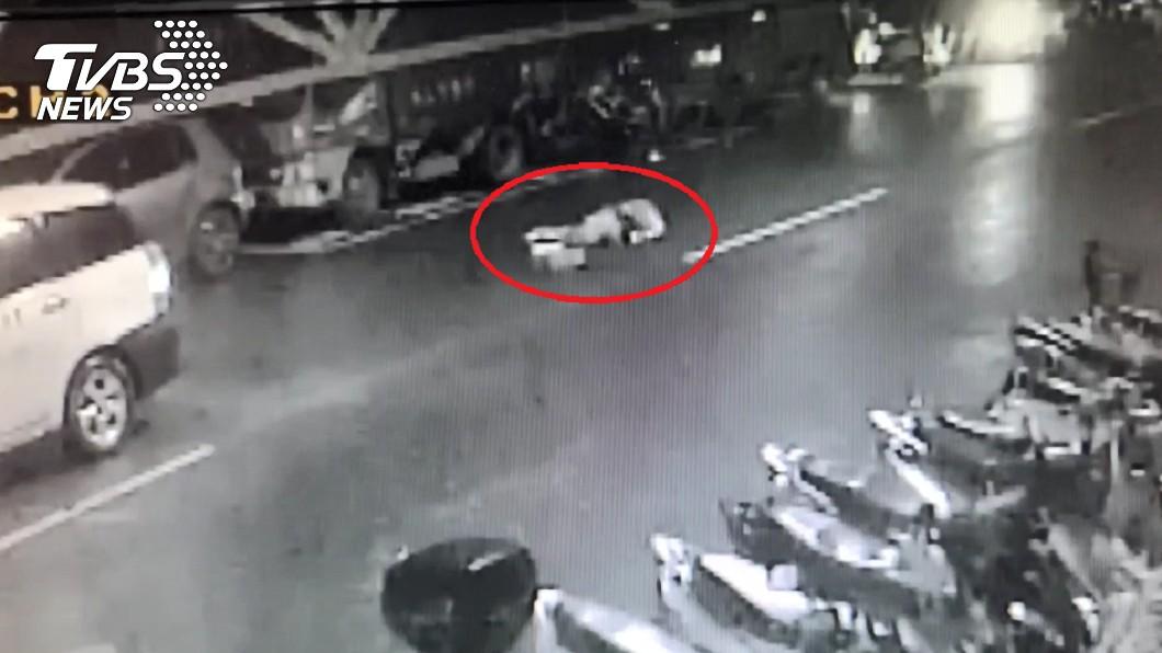 褚男遭2車輾壓,躺在地上一動也不動。(圖/TVBS) 男初一下計程車跌坐馬路 慘遭2車輾壓爆頭慘死
