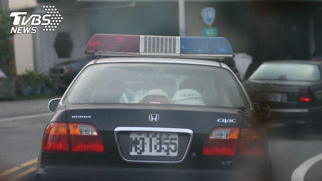 男子向員警祝賀下場超悽慘。(示意圖/shutterstock達志影像) 男見警車搖窗嗨喊新年快樂 結局超悽慘:以後不敢祝福